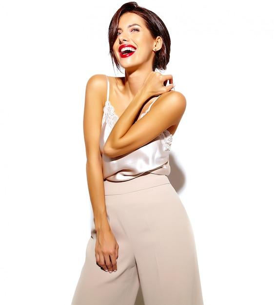 흰색 배경에 넓은 클래식 바지에 붉은 입술으로 아름 다운 행복 귀여운 섹시 갈색 머리 여자의 초상화 무료 사진