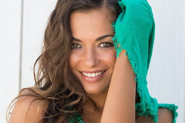 Портрет красивой счастливой женщины с шарфом в летний день Premium Фотографии