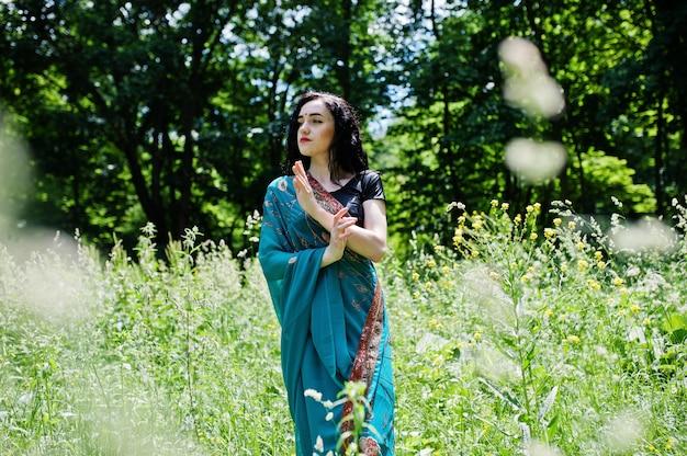 美しいインドブルメット少女またはヒンドゥー教の女性モデルの肖像画。インドの伝統衣装、lehenga choli。 Premium写真