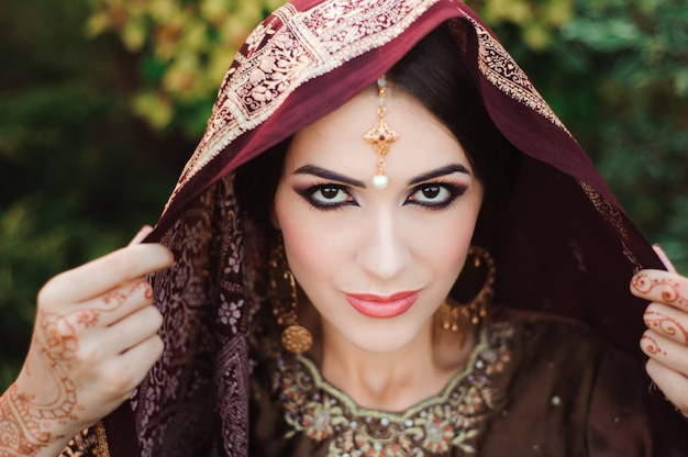 美しいインドの少女の肖像画。タトゥー一時的な刺青とクンダンジュエリーと若いヒンドゥー教の女性モデル Premium写真