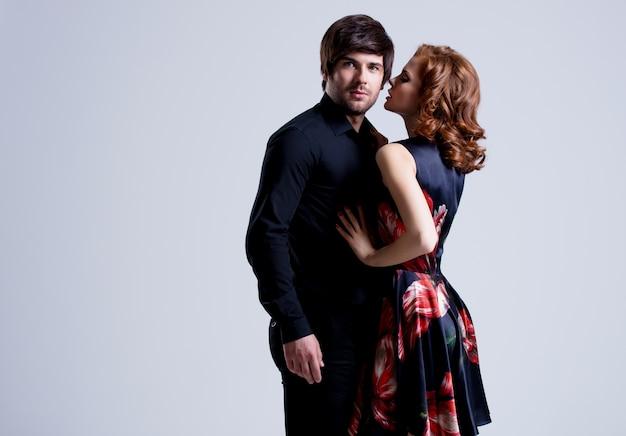 Портрет красивой сексуальной влюбленной пары, позирующей в вечерней одежде Бесплатные Фотографии