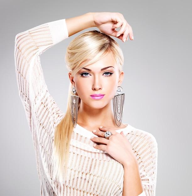 明るいファッションメイクと長い白い髪の美しい女性の肖像画。 無料写真