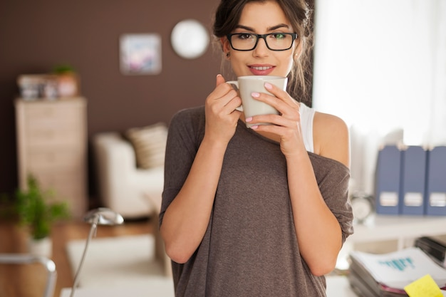 一杯のコーヒーと美しい女性の肖像画 無料写真