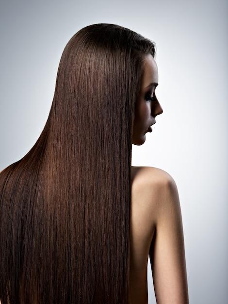 스튜디오에서 긴 직선 갈색 머리를 가진 아름 다운 여자의 초상화 무료 사진