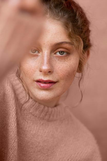 ピンクのセーターと美しい女性の肖像画 無料写真
