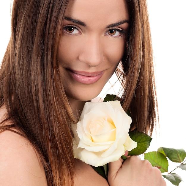 白いバラの美しい女性の肖像画 無料写真