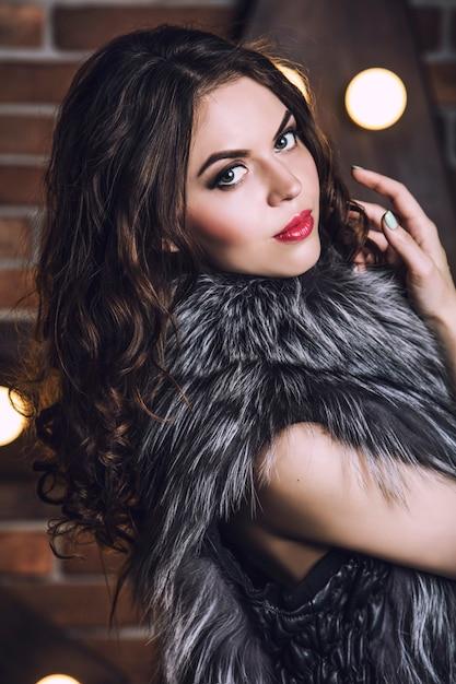 Портрет крупным планом красивой молодой женщины в меховой куртке Premium Фотографии