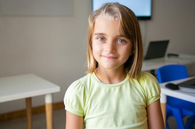 黄色のシャツを着た金髪のかわいい女の子の肖像画 無料写真