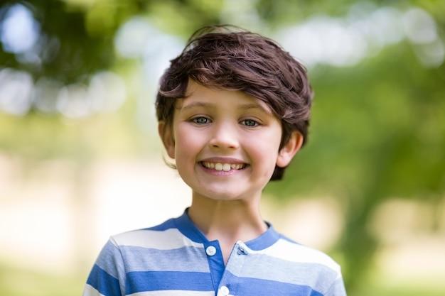 公園で笑っている少年のポートレート Premium写真
