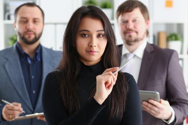 Businessladyとオフィスで2人のビジネスマンの肖像画 Premium写真