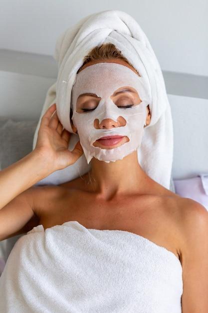 머리와 마스크에 수건으로 진정 백인 예쁜 여자의 초상화 무료 사진