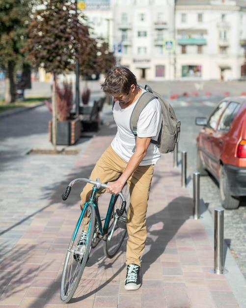 Портрет случайного мужчины, езда на велосипеде на открытом воздухе Premium Фотографии