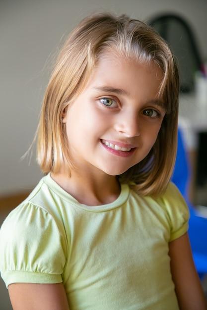 黄色のシャツを着た白人の少女の肖像画 無料写真