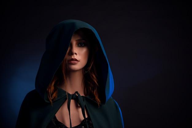 Портрет очаровательная девушка с красными волосами, глядя на камеру. Premium Фотографии