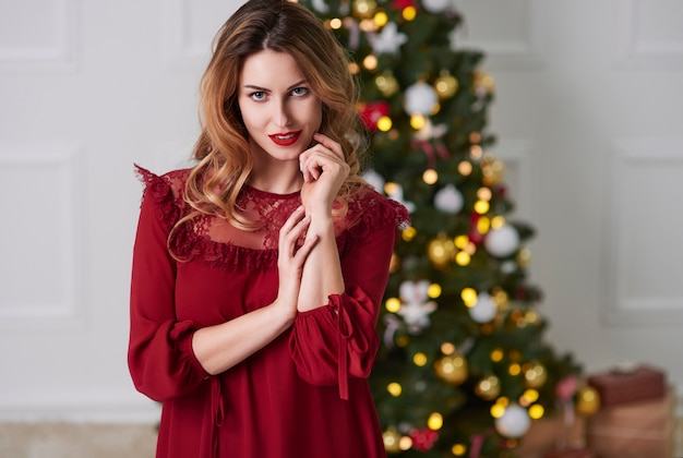 크리스마스에 매력적인 여자의 초상화 무료 사진
