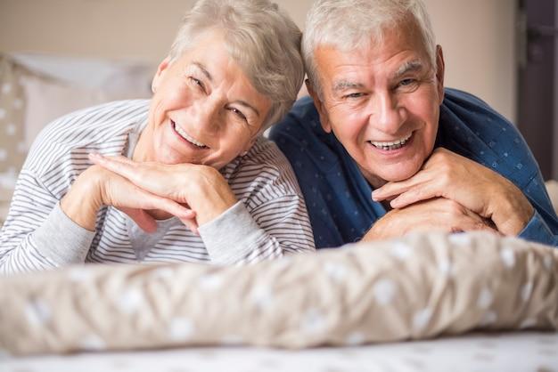 Портрет веселых пожилых людей в спальне Бесплатные Фотографии