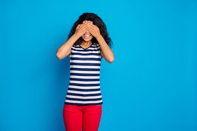쾌활 한 여자의 초상화 가까이 커버 손바닥 눈 프리미엄 사진