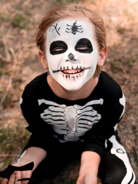ハロウィーンの衣装を持つ子供の肖像画 無料写真