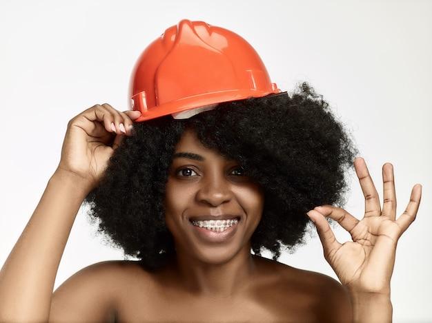 주황색 헬멧에 자신감 여성 노동자의 초상화 무료 사진