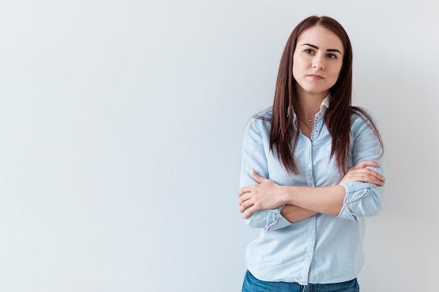 クロス手で自信を持って女性の肖像画 無料写真