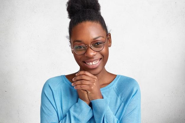 満足のアフリカ系アメリカ人女性モデルのコンテンツの肖像画は嬉しそうに笑顔で手を取り合って、おめでとうございます 無料写真