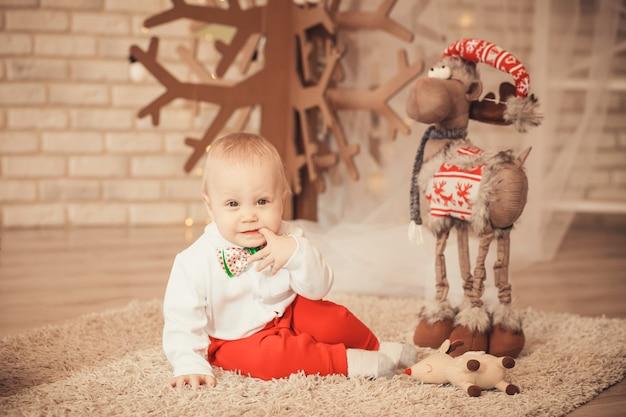 クリスマスの装飾の中でかわいい男の子の肖像画 Premium写真