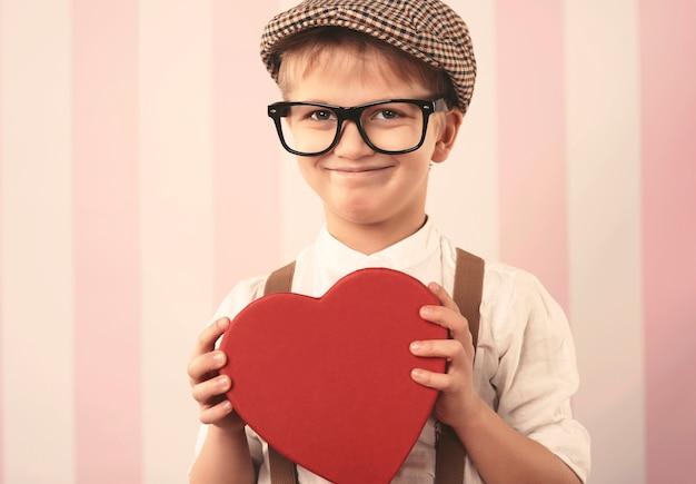 バレンタインの贈り物とかわいい男の子の肖像画 無料写真