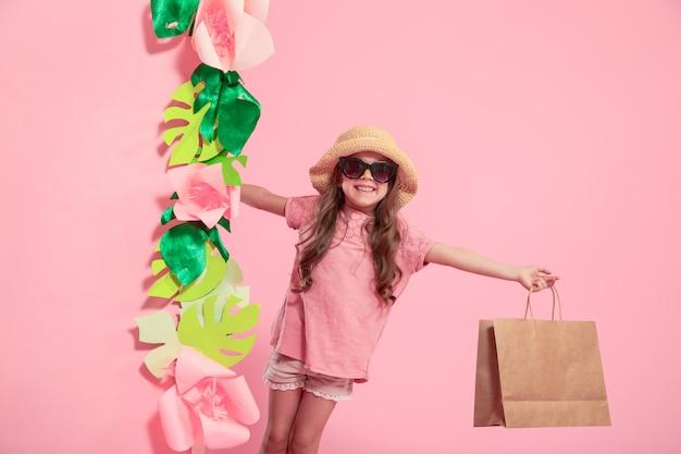 ショッピングバッグとかわいい女の子の肖像画 Premium写真
