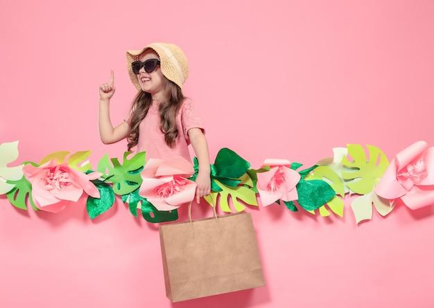 ショッピングバッグとかわいい女の子の肖像画 無料写真
