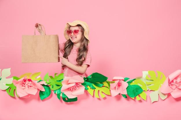 쇼핑백과 귀여운 소녀의 초상화 무료 사진