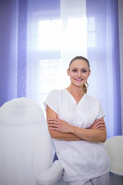 腕を組んで立っている歯科医の肖像画 無料写真
