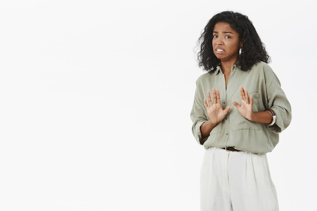 Портрет возмущенной и недовольной интенсивной неловкой стильной афро-американской женщины, дающей отказ Бесплатные Фотографии