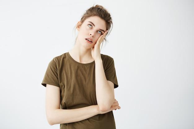 パンで不機嫌な退屈疲れた女性の肖像画 無料写真
