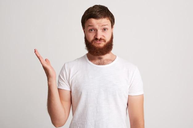 不機嫌な不幸なひげを生やした若い男の肖像画 無料写真