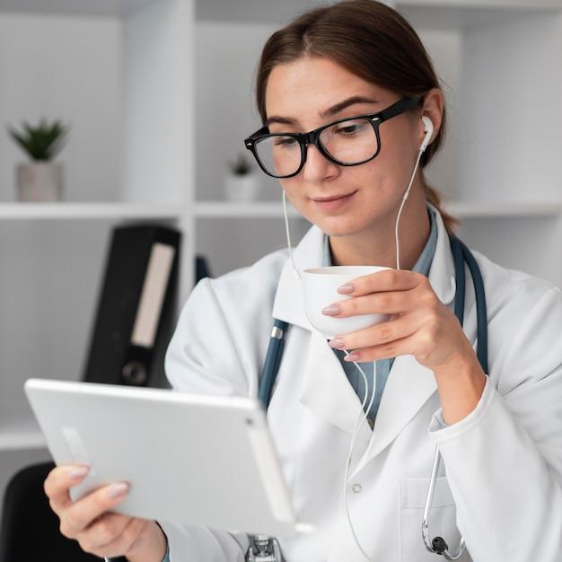 Портрет врача видеоконференцсвязи в клинике Бесплатные Фотографии