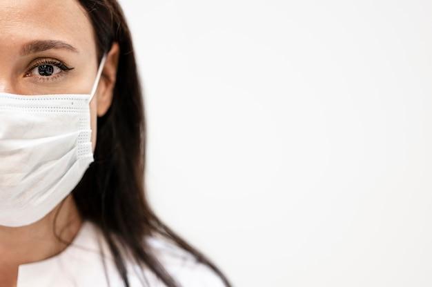 フェイスマスクを身に着けている医師の肖像画 Premium写真