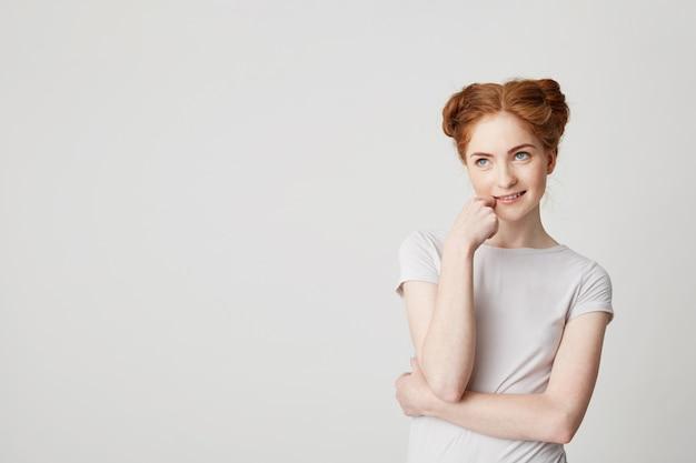 Портрет мечтательной молодой красивой девушки с рыжими волосами мышления мечтать трогательно чин. Бесплатные Фотографии