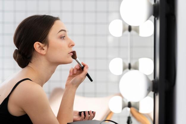 彼女の化粧をしているエレガントなダンサーの肖像画 無料写真