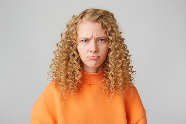 感情的な怒っている不機嫌そうな女の子の肖像画は悲しそうに見えます 無料写真