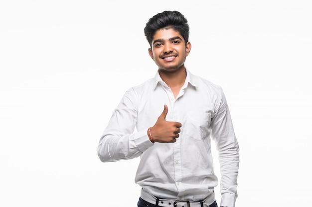 Портрет возбужденного человека в торжественной одежде, давая пальцы против белой стене Бесплатные Фотографии