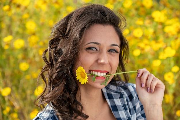 봄 초원에서 꽃 사이에서 재미 매혹적인 여자의 초상화 프리미엄 사진