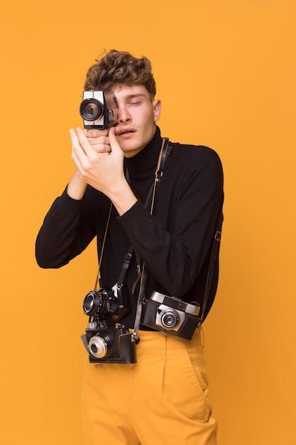 写真を撮るファッショナブルな少年の肖像画 Premium写真