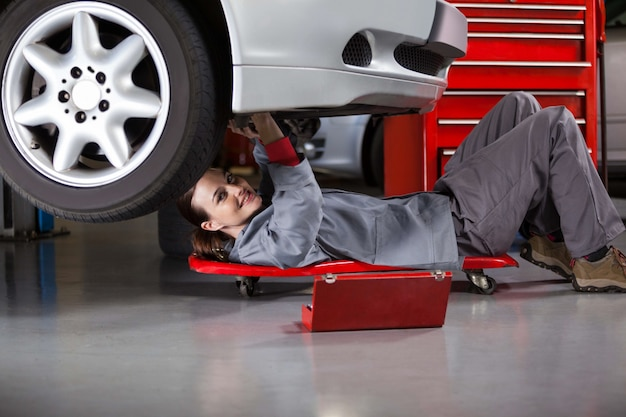 Portrait of female mechanic repairing a car Free Photo