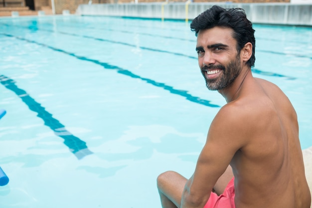 Портрет здорового человека, расслабляющегося у бассейна Premium Фотографии