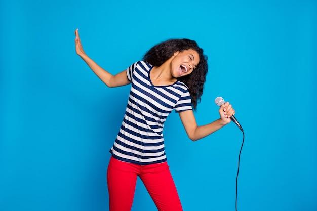 펑키 아프리카 미국 여자의 초상화 보류 마이크 노래 노래 무대를 수행 프리미엄 사진