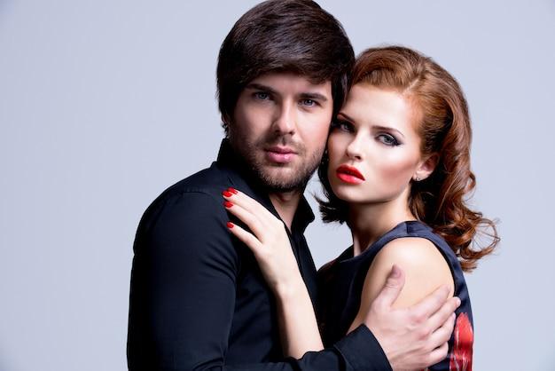 Портрет гламурной сексуальной влюбленной пары, позирующей в элегантной одежде Бесплатные Фотографии