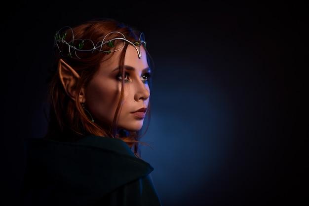 Портрет великолепный эльф в тиаре thoutfuly глядя вверх. Premium Фотографии