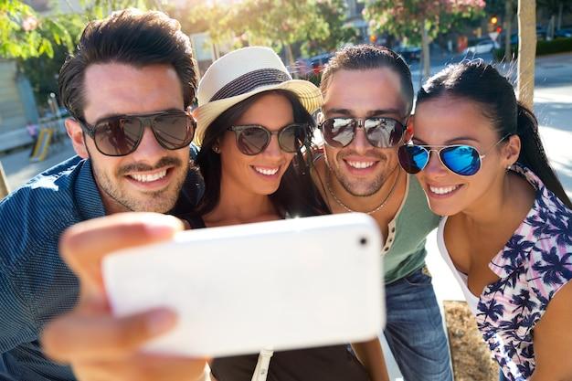 スマートフォンで写真を撮っているグループの友達の肖像 Premium写真