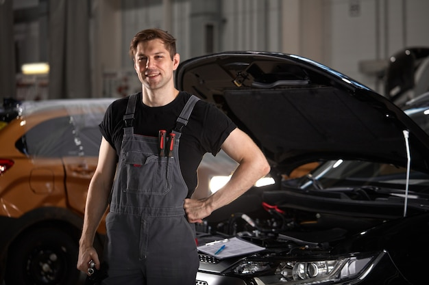 ハンサムな白人の自動車整備士の男の肖像画 Premium写真