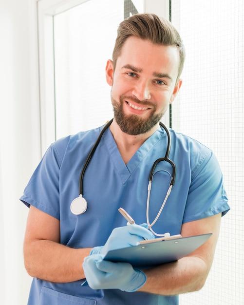 笑みを浮かべてハンサムな看護師の肖像画 Premium写真